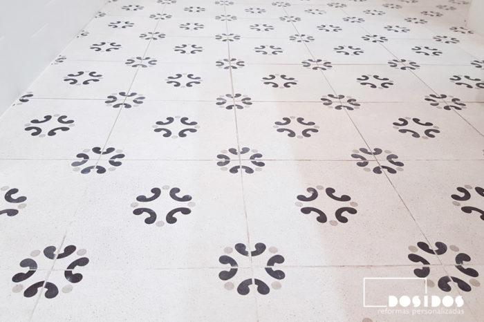 Detalle del suelo vintage dibujos beige y negro en la reforma de un cuarto de baño