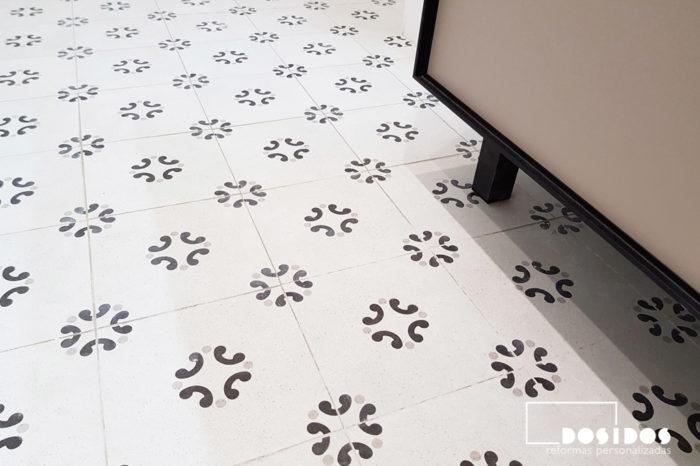 Detalle del suelo vintage dibujos beige y negro coordinado con el mueble en la reforma de un cuarto de baño