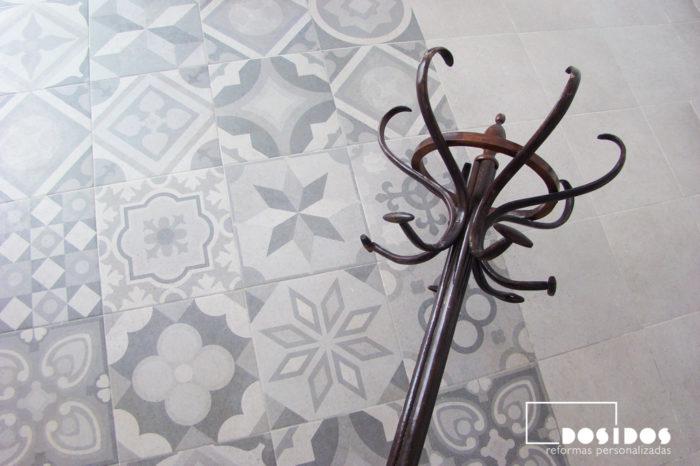 Detalle del suelo gris vintage de vives cerámica, con un perchero de madera retro.