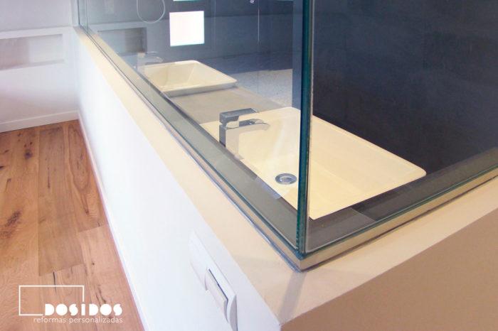 Detalle tabique separación de cristal del baño suite negro