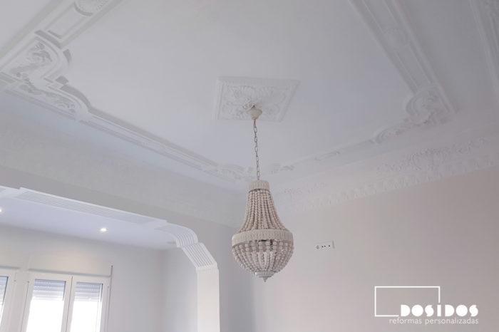 Rehabilitación del techo decorativo de escayola con moldura en la habitación de matrimonio