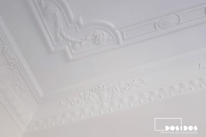 Detalle de la esquina del techo decorativo de escayola con moldura en la habitación de matrimonio