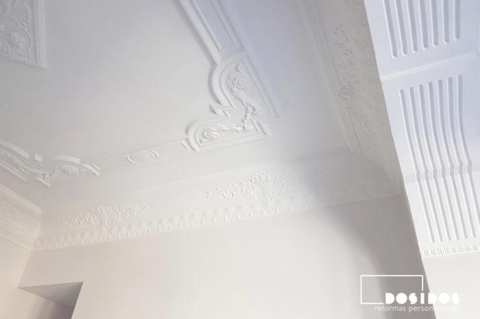 Detalle de una de las esquinas del techo decorativo de escayola con moldura y detalle de la moldura estriada en la habitación de matrimonio