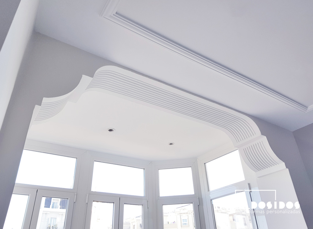 Detalle de la rehabilitación del techo de escayola con moldura en el mirador del salón comedor
