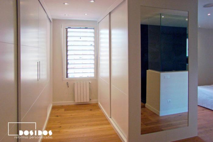 Vestidor con armarios blancos correderos con espejo decorativo
