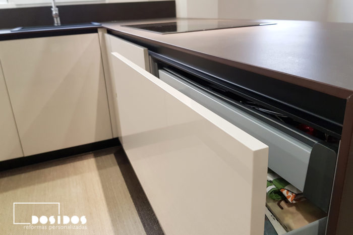Detalle del cajón interior en los cajones maxi de una cocina abierta office