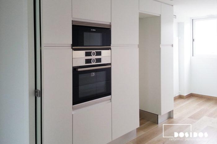 Muebles de cocina en columna, con gran almacenamiento. Horno y microondas terminación acero inoxidable.