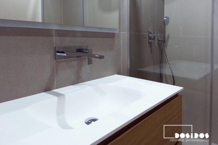 Detalle del lavabo de krion y grifo empotrado a pared.