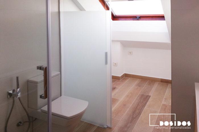 Baño con lavandería laundry separada por 1 puerta de cristal mate.