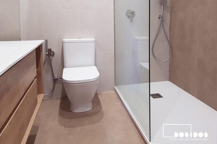 Baño detalle del inodoro con grifo de bidé wc y ducha con fijo de cristal