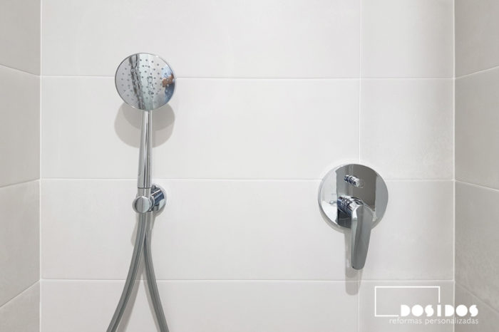 Detalle del grifo de ducha empotrado dos vías y rosa de mano