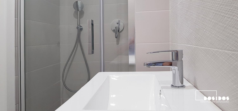 Detalle del baño pequeño su grifo de lavabo y ducha