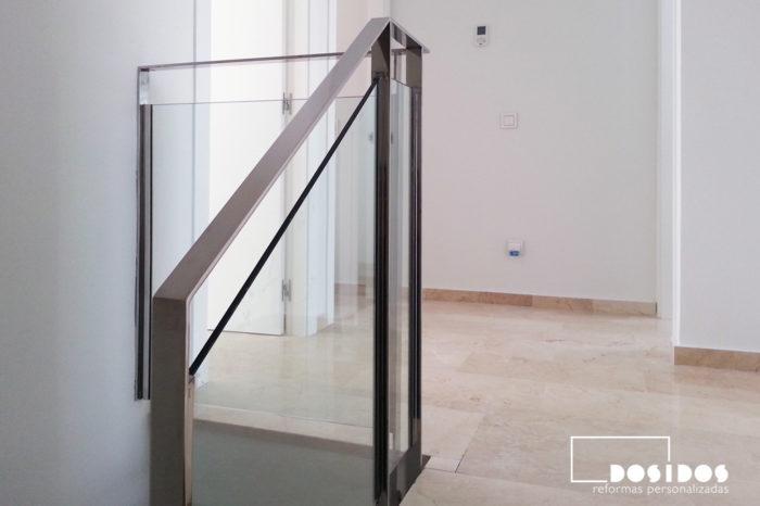 Barandilla de escalera subida a la buhardilla, fabricada en pletina de acero inoxidable y cristal transparente.