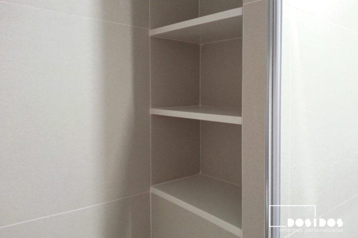 Detalle de la estantería hornacina en la ducha para disimular.