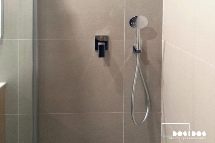Detalle de la ducha con grifo empotrado.