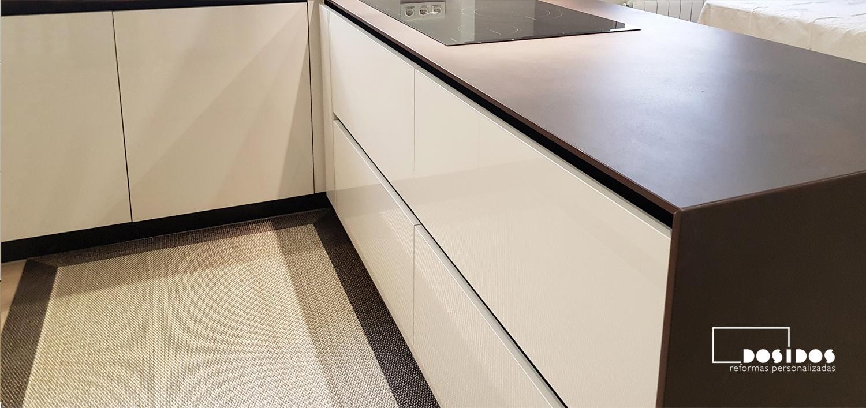 Foto del detalle de los cajones maxi de la isla de una cocina
