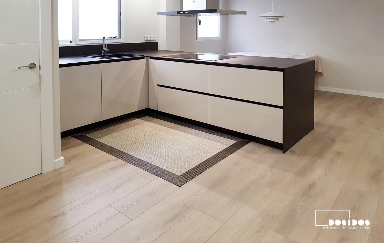 Cocina abierta office con suelo de parquet, muebles beige y encimera dekton