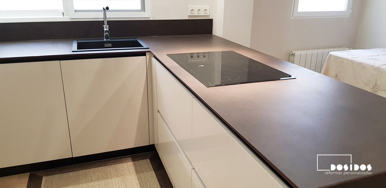 Detalle de los cajones maxi de una cocina con encimera dekton