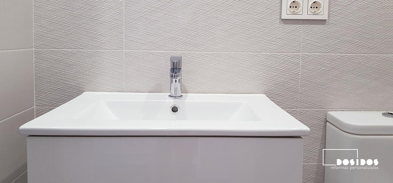 Un baño pequeño con mueble blanco con lavabo de porcelana fondo reducido
