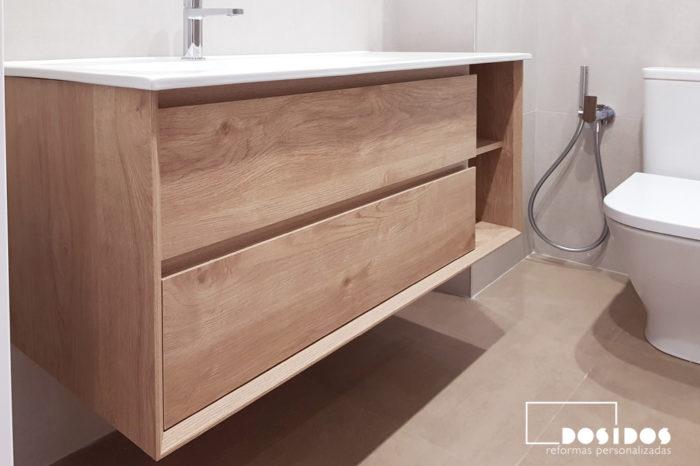 Mueble de baño de madera con dos cajones y hueco decorativo con lavabo descentrado, grifo de bidé wc
