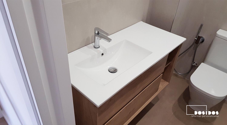Mueble de baño de madera lavabo descentrado e inodoro con grifo de bidé wc