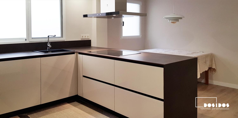 Detalle de los cajones maxi de una cocina office en isla con encimera dekton