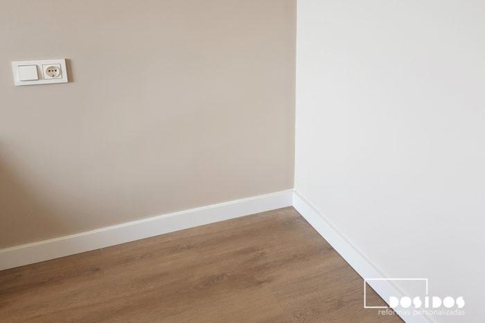 Pared del cabezal de la habitación de matrimonio pintada en color más fuerte que el resto de paredes