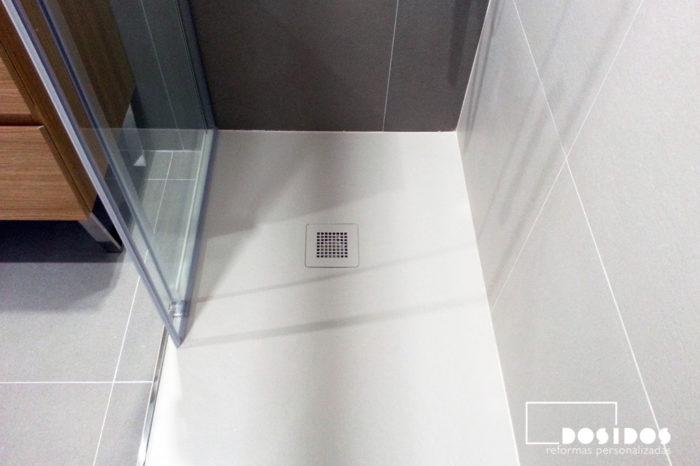 Plato de ducha extraplano igualando su color con el azulejo.