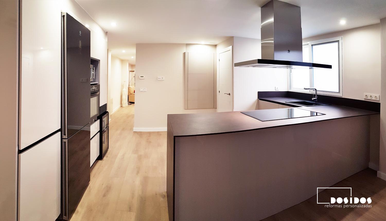 Reforma de una cocina abierta office en forma de L con mucho almacenaje y espacio