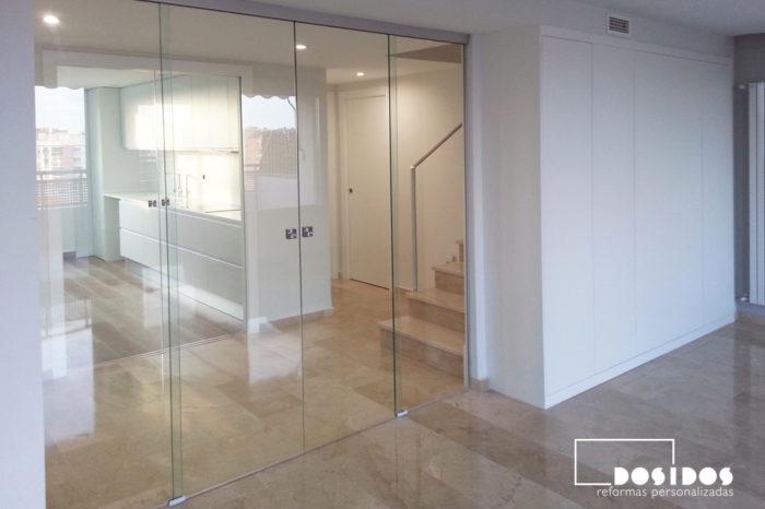 Gran salón con puerta doble de cristal transparente corredera.