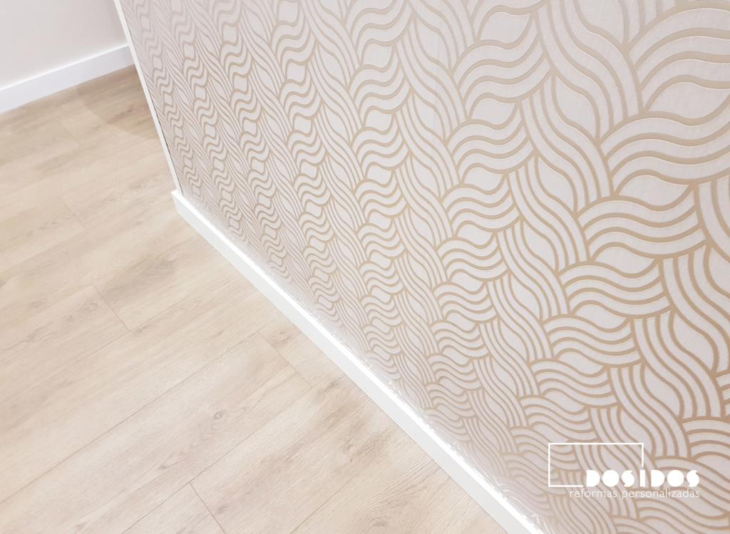 foto de un recibidor con suelo de parquet y una pared con papel pintado dorado con espigas