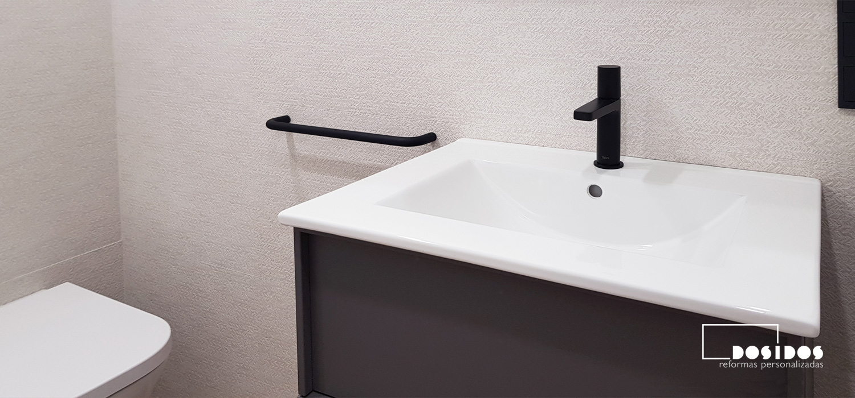 Baño pequeño beige Porcelanosa grifo negro