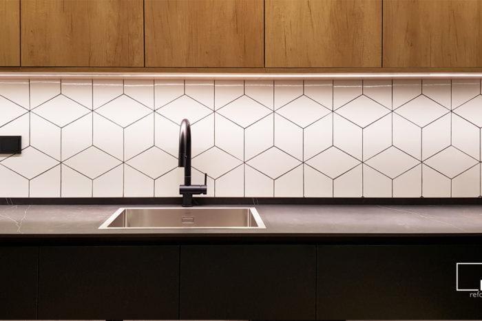 cocina industrial azulejos hexágonos rombos madera negro