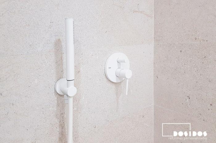 Detalle grifo ducha moderno blanco baño pequeño moderno