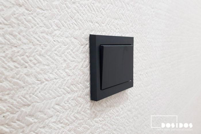 Detalle interruptor negro baño pequeño beige porcelanosa