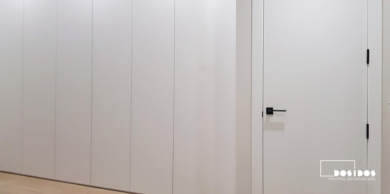 Habitación matrimonio con armario y puerta en blanco