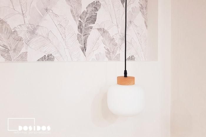 Habitación cabezal de obra con papel pintado y lampara colgante