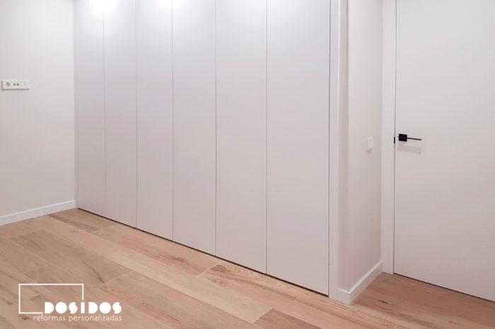 Habitación de matrimonio con armario blanco sin tiradores