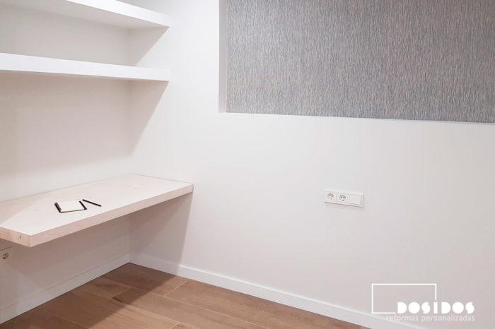 Habitación matrimonio cabezal y baldas de obra con papel pintado y mesa de estudio