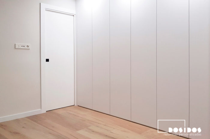 Habitación matrimonio puerta y armario blanco