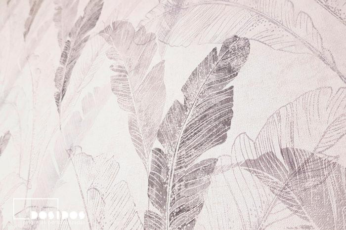 Papel pintado decorativo plumas hojas en cabezal habitación