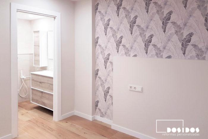 Reforma baño blanco en habitación con cabezal de obra y papel pintado