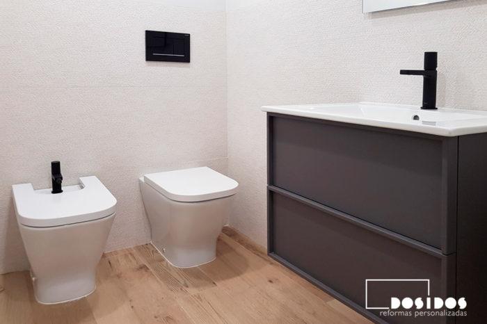 reforma integral vivienda industrial con baño pequeño porcelanosa griferia negra