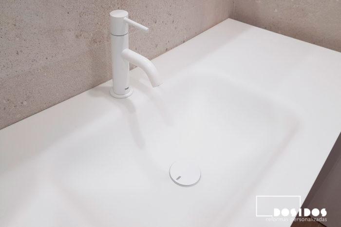 Reforma baño lavabo krion grifería blanca