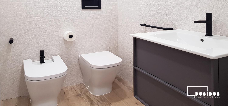 Reforma baño pequeño porcelanosa grifería negra