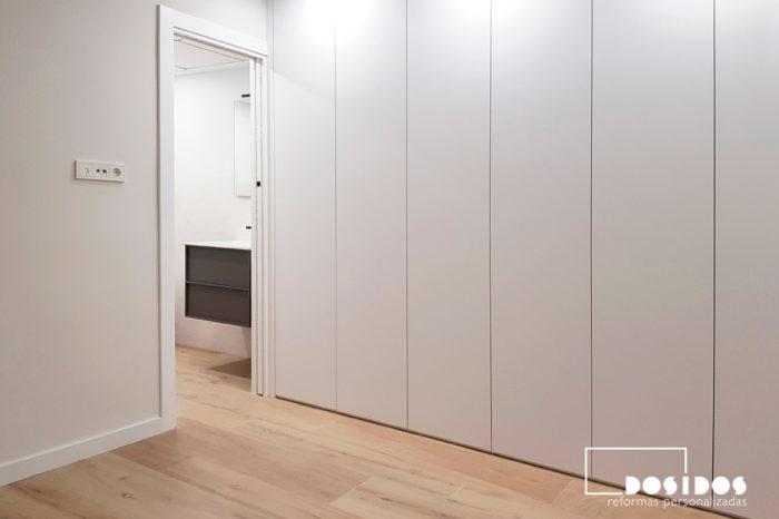 Reforma habitación matrimonio con baño y armario blanco