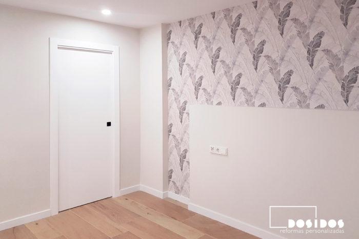Reforma habitación con papel pintado blanco y gris