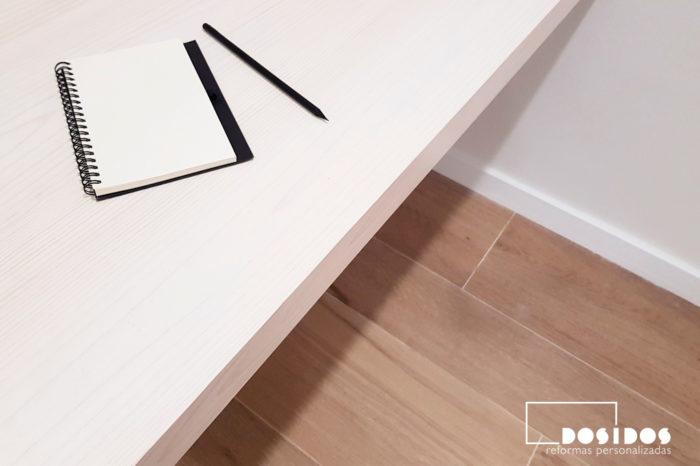 Mesa estudio de madera en habitación matrimonio y baldas de pladur