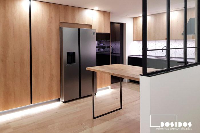 cocina abierta con almacenaje madera y negro