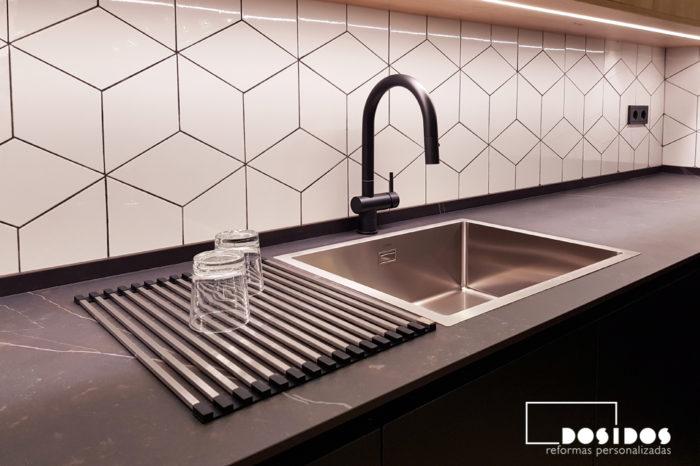 reforma cocina azulejos rombos muebles madera encimera dekton negra kelya